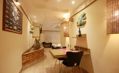 img-suite-luxo-c-garagem-mesa-absolut-motel