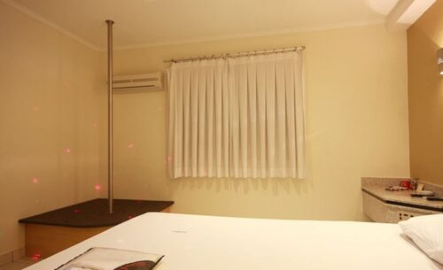img-suite-pole-dance-cortina-absolut-motel