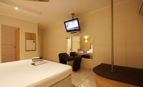 img-suite-pole-dance-pole-absolut-motel